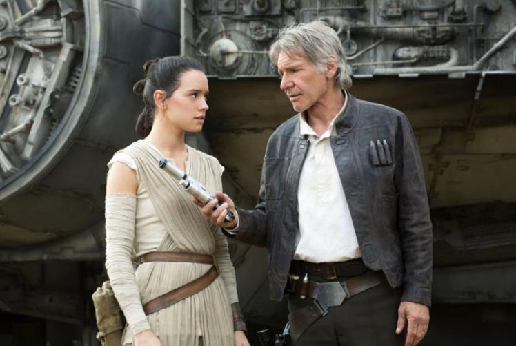 Daisy Ridley i Harrison Ford na planie Gwiezdnych Wojen.jpg